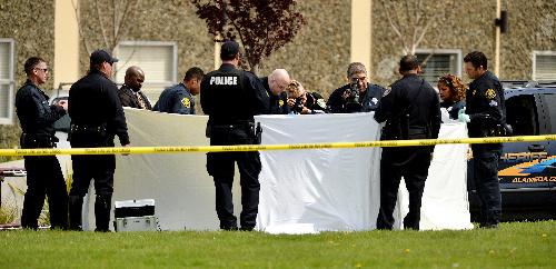米カリフォルニア州オークランドの大学で2日、銃乱射事件があった現場を調べる捜査員=AP