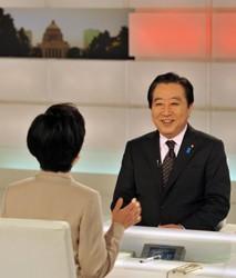 NHKの番組に出演した野田首相。手前は国谷裕子キャスター=東京都渋谷区のNHKで2012年4月4日午後7時23分、代表撮影