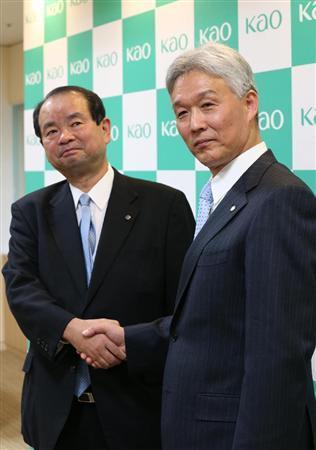 握手する花王の尾崎社長(左、新会長に内定)と新社長に内定した沢田取締役=9日午後、東京都中央区日本橋茅場町