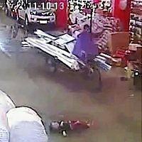 車にひかれ、倒れた女児(手前)のそばを自転車で素通りする人(13日、AP)