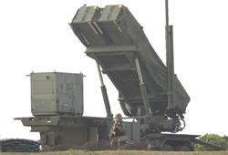 北朝鮮の長距離弾道ミサイル発射実験とみられる「衛星」打ち上げに備え、宮古島分屯基地に設置されているPAC3。発射予告期間の2日目を迎えた=13日午前、沖縄・宮古島