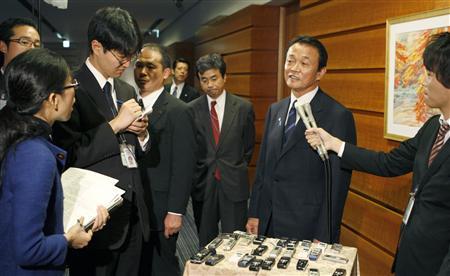 麻生首相「ホテルのバーは安い」 夜会合批判に反発