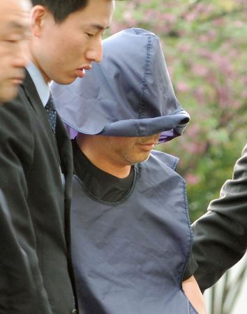 自動車運転過失致死傷容疑で逮捕された河野化山容疑者(右)=1日午後、群馬県高崎市