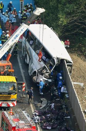 関越自動車道藤岡ジャンクション付近で側壁に衝突し、多数の人が死傷した高速バス=29日午前8時17分、群馬県藤岡市で共同通信社ヘリから