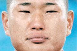 2010年6月16日のブラジル戦の前、北朝鮮の国歌が流れる中で涙を流す鄭大世