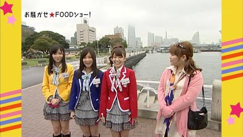 2010年5月15日、「お騒がせ F00Dショー!」で、AKB48の指原莉乃、小野恵令奈、大島優子の3人は、創価学会の3色衣装を着て創価学会の柳原可奈子と、共演した。