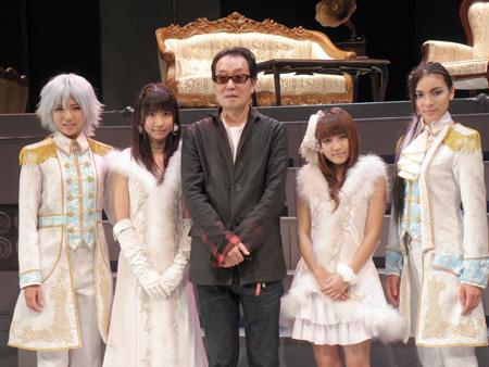 AKB歌劇団出演メンバーは、左から宮澤佐江、柏木由紀、広井王子(創価学会プロデューサー)、高橋みなみ、秋元才加