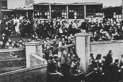生活保護と住民税免除を要求して長田区役所を襲撃する在日朝鮮人(1950年11月27日)