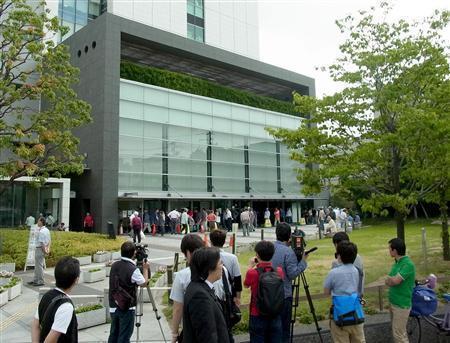 生活保護費が現金支給された大阪市西成区役所。関心の高まりを反映し、多くの報道陣が取材に訪れた=1日午前8時29分(写真:産経新聞
