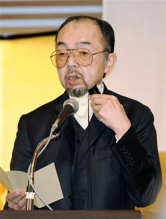 国民の自衛官表彰式で、のどに当てて振動を音声に変える器具「人工喉頭」を使い、あいさつされる三笠宮寛仁(ともひと)親王殿下(2008年9月19日)