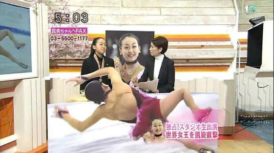 フジテレビはフィギュア世界女王となった浅田真央へのインタビューの際、浅田真央の転倒シーンの特大等身大パネルを作成して目の前に設置してインタビューを行った!