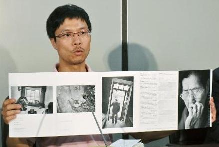 写真展用の作品を手に会見する安世鴻=22日、東京・霞が関の司法記者クラブ。朝鮮新報には「写真展で日本軍性奴隷制を宣伝し日本政府から金を取りたい」と話した