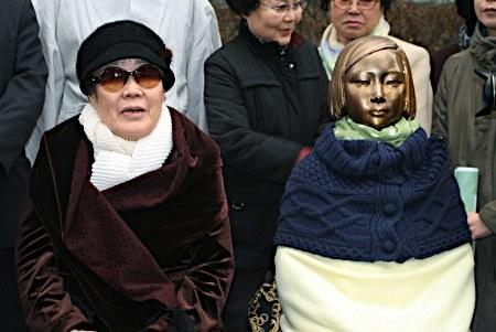 2012年3月14日、ソウルの日本大使館前の「売春婦像」横で、総選挙出馬を表明する元慰安婦(売春婦)の李容洙(83)。