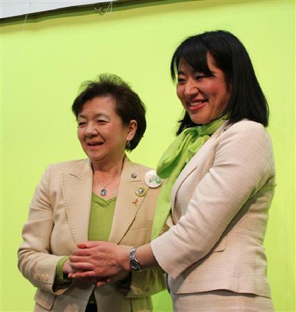 大津市長選で初当選を決め、嘉田由紀子知事(左)と握手をかわす越直美氏.