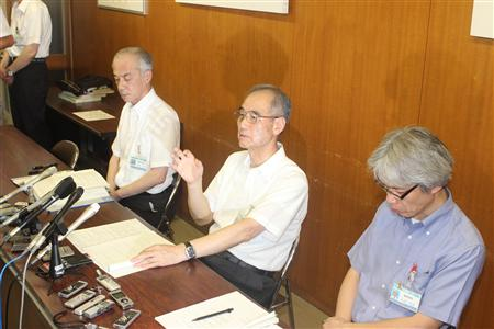 緊急会見を開き記者らに説明する澤村憲次教育長(中央)ら=10日午後9時48分、大津市役所