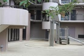 死亡した男子生徒が倒れているのが見つかった10月11日当日のマンション広場=大津市