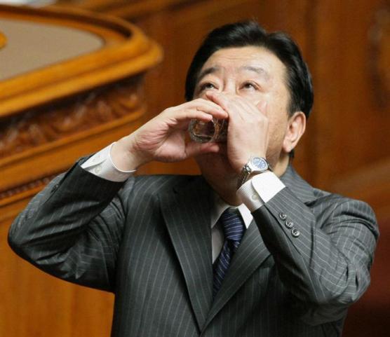 失礼、水をちょっと… 参院本会議で答弁中に咳き込み、水を飲む野田佳彦首相=15日午前、国会・参院本会議場(酒巻俊介撮影)