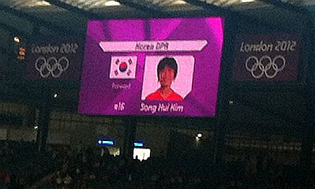 7月25日に行われたロンドンオリンピックサッカー女子予選リーグ[北朝鮮-コロンビア戦]試合前に北朝鮮チームの選手を紹介する会場のスクリーンに南朝鮮の国旗が誤って表示されるという事態が起こりました
