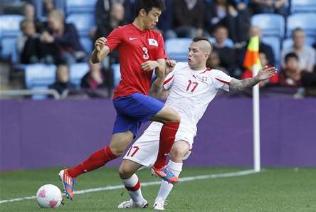 韓国人を侮辱するコメントをツイッターに投稿したスイスのサッカー男子代表DFミシェル・モルガネラ(右)=29日(ロイター)
