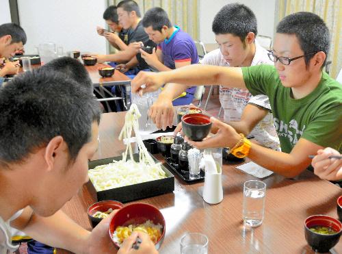 宿泊先のホテルで昼食を食べる仙台育英の選手たち=3日、大阪市東淀川区