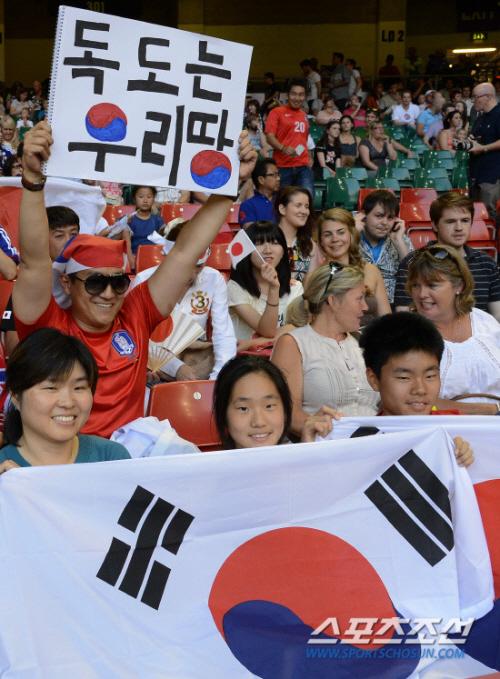 韓国応援団は、「独島は私たちの土地」のプラカードをスタジアム(オリンピック・エリア内)に持ち込み、悪質な政治的宣伝活動をしていた。