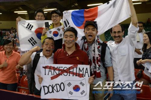 韓国応援団は、またしても許されざるプラカードをスタジアム(オリンピック・エリア内)に持ち込み、悪質な政治的宣伝活動をしていた。