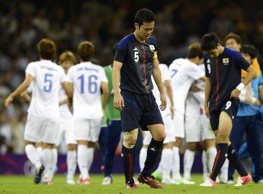 五輪サッカー男子3位決定戦で韓国に敗れ、肩を落とす吉田麻也