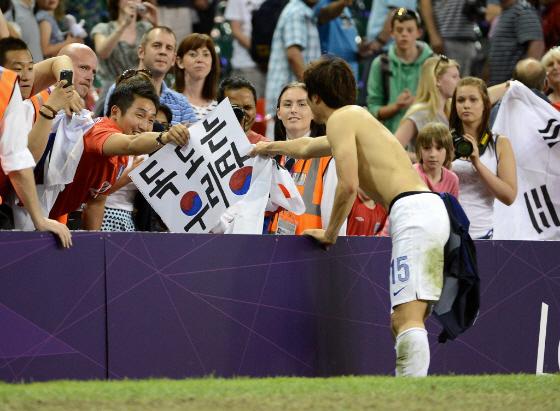 上の韓国コーチングスタッフの一番下の左の男が朴鍾佑(パク・ジョンウ)に「独島はわれわれの領土」と書いた紙を渡した男だと言われている。