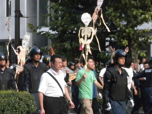 先帝陛下の骸骨人形を振り回すなどして「反靖国反天皇デモ」(反天連デモ)
