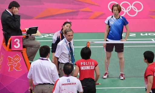 ロンドン五輪、バトミントン女子ダブルス1次リーグC組。適正に試合するよう注意する審判(中央のネクタイの人物、2012年7月31日撮影)