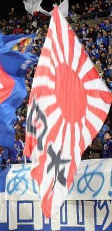 サッカー試合会場で振られる旭日旗(写真:産経新聞)
