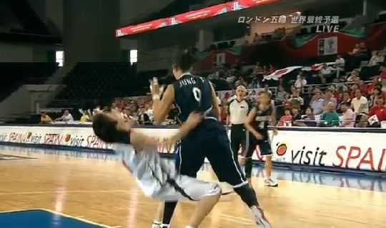女子バスケ 日本vs韓国 韓国選手のラフプレー