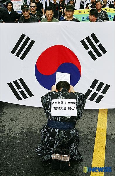 韓国外相も最大紙も謝罪要求!日王への土下座要求は当然!何が間違っているのか:韓国最大手新聞「朝鮮日報」李河遠(イ・ハウォン)政治部記者『昭和天皇は朝鮮民族全体を迫害し、弾圧し、南北を分断した「特別A級
