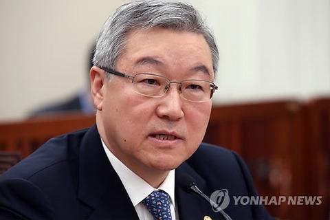 韓国の金星煥(キム・ソンファン)外交通商相は21日、国会外交通商統一委で、李明博(イ・ミョンバク)大統領の天皇陛下に対する謝罪要求に関し「謝罪すべき部分があれば謝罪すべきなのは間違いない」と答弁。また