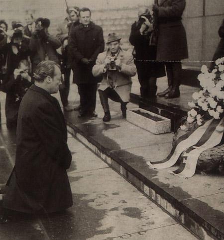 11970年12月寒冬にポーランドのワルシャワを訪問した西ドイツのウィリー•ブラント首相(当時)