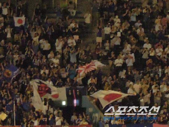 柴田のゴールで旭日旗をふって歓呼するファン