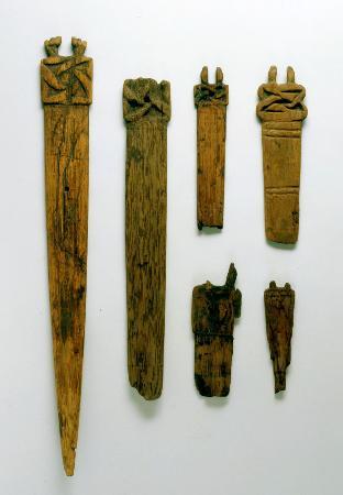 青森県八戸市の是川中居遺跡で出土した紀元前1000年ごろ(縄文時代晩期)の木製品(是川縄文館提供)