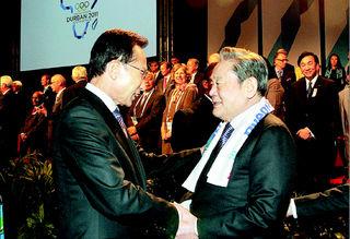 李明博大統領が6日(現地時間)午後、2018年冬季オリンピック平昌(ピョンチャン)誘致が確定した後、イ・ゴンヒ国際オリンピック委員会委員と握手をしている。 ダーバン