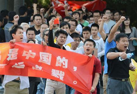 日本政府による尖閣国有化に反対し、北京の日本大使館前でデモ行進する人たち=12日(共同)