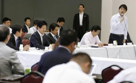 2度目の公開討論会の冒頭で発言する、新党「日本維新の会」代表の橋下徹大阪市長(右端)=23日午後、大阪市住吉区