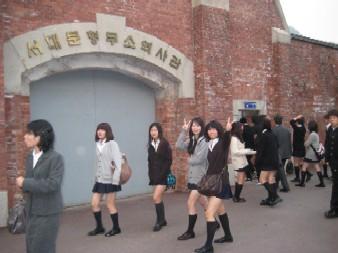 画像は韓国修学旅行で「西大門刑務所歴史館」(捏造ホラー屋敷)を訪れた神奈川県立七里ガ浜高等学校の生徒たち(2010年)