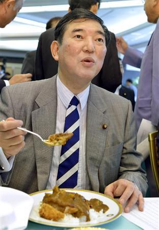 自民党総裁選の決起集会でカツカレーを食べる石破前政調会長=26日午前、東京都内のホテル