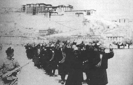 1959年、支那軍に連行されるチベットの人々