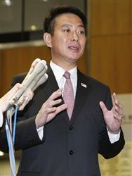 山中伸弥京都大教授のノーベル賞受賞を受け、記者の質問に答える前原科技相=8日夜、内閣府