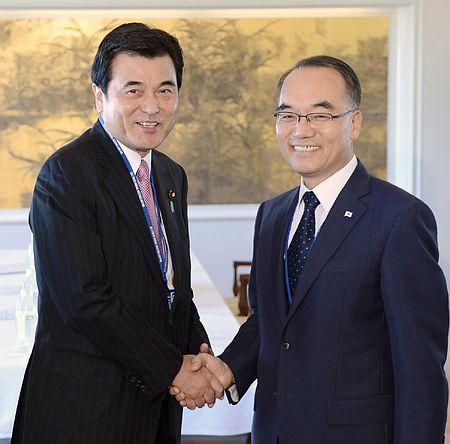 会談を前に握手する城島光力財務相(左)と韓国の朴企画財政相=11日午後、東京都内のホテル 日韓財務相、経済協力継続で一致