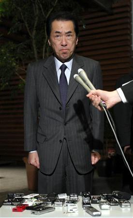 厳しい表情で会見する菅直人首相。前原外相辞意にもふれず、一方的に打ち切り足早に去った=3月6日午後、官邸
