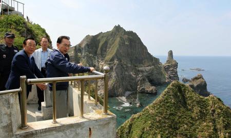 韓国の大統領として初めて竹島20+ 件に上陸し、展望台から島を見渡す李明博大統領(右端)=10日午後