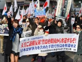 行動する保守」などが呼びかけたデモ行進。女性を先頭に立て、在日本大韓民国民団の本部前まで歩いた=2月21日午後、東京都港区、福留庸友撮影