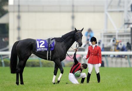 天皇賞・秋をご覧になられた天皇皇后両陛下にむかって、優勝馬エイシンフラッシュから下馬して頭を下げるミルコ・デムーロ騎手