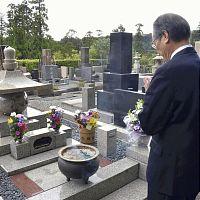 坂本弁護士一家の墓の前で手を合わせる岡田尚弁護士(3日午前、鎌倉市の円覚寺松嶺院で)